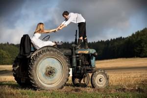 Novomanželé na traktoru